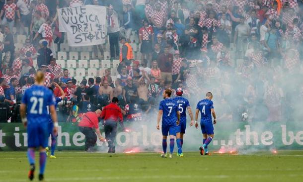 I disordini causati dai tifosi croati durante il match. Fonte foto: Getty Images.