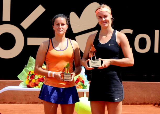 Both finalists pose with their respective trophies after the encounter | Photo: Copa Colsanitas