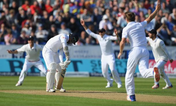 Woakes removes Siriwadarna as part of his 3 wickets | Photo: Guardian
