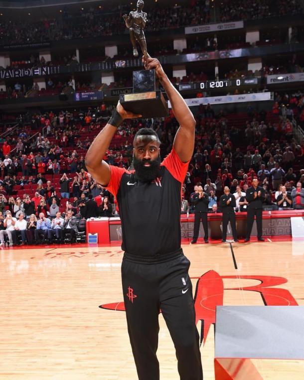 Harden recibiendo el premio al MVP en el Toyota Center | Foto: James Harden