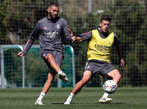 Karim Benzema, junto a Antonio Blanco, en un entrenamiento | Fuente: www.realmadrid.com
