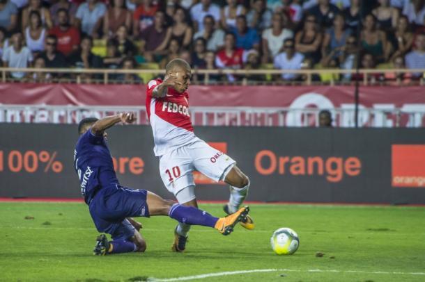 Un mal apoyo en esta acción originó los problemas físicos de Mbappé.   FOTO: ASMonaco.com