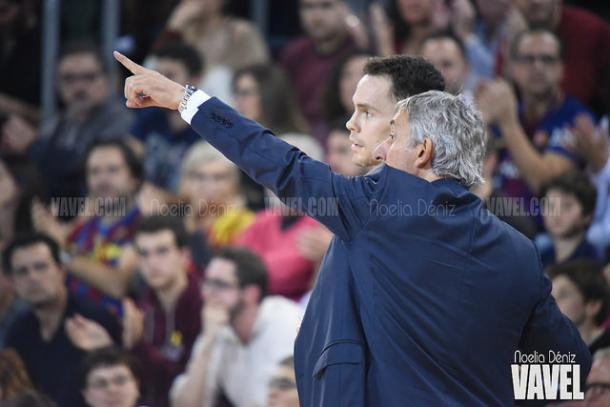 Recibiendo indicaciones del coach durante 'el clásico' con el Real Madrid en en el Palau | Foto: Noelia Déniz - VAVEL