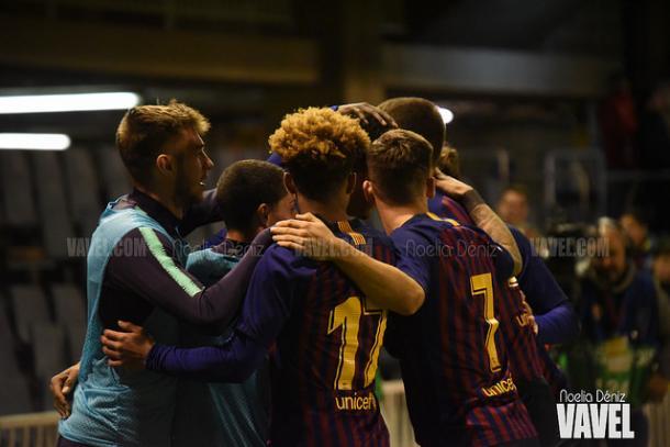 Los jugadores del Barça B celebrando el gol de Araújo ante el Valencia Mestalla | Foto: Noelia Déniz (VAVEL)