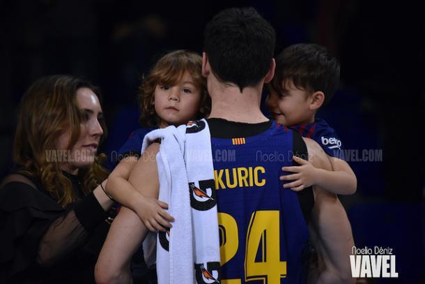 Kyle, junto a sus gemelos, a la conclusión del partido con el Obradoiro | Foto: Noelia Déniz - VAVEL