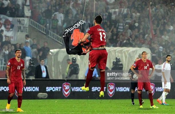 Momento en el que Mitrovic derriba la bandera     Fotografía: Getty Images