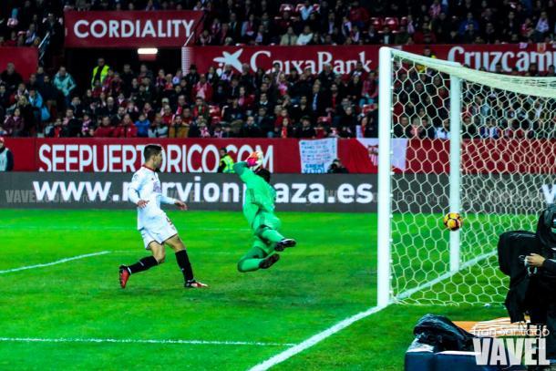 Vietto mira el gol en propia de Garay