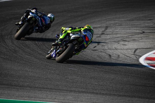 Ambos pilotos del Yamaha Factory Racing en pista. Imagen: MotoGP