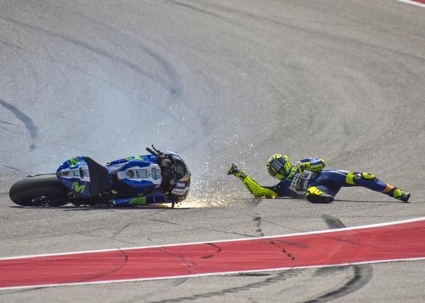 Valentino Rossi derrapa junto a su moto Yamaha en una de las variantes del circuito de Austin. Foto: Moto GP.