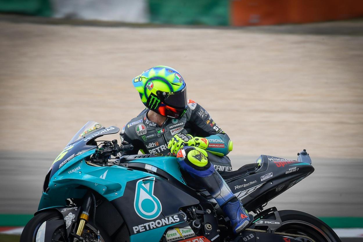 Rossi, como en la foto, ha echado la vista atrás y ha destacado el 2001, el 2004 y el 2008 como sus temporadas más especiales. Imagen: MotoGp