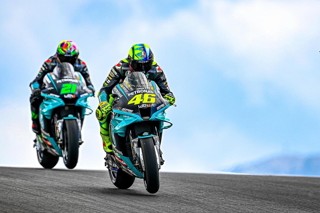 Rossi junto a su compañero, Morbidelli, piloto de su academia. Imagen: MotoGP