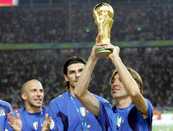 Pirlo com a taça da Copa do Mundo, em 2006 (Foto: Mark Leech Sports Photography/Getty Images)