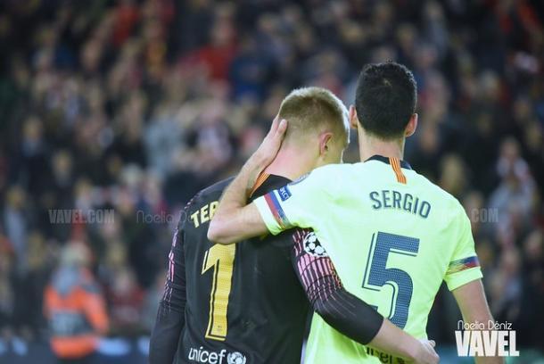 Ter Stegen y Busquets tras la derrota en Anfield | Foto: Noelia Déniz (VAVEL)