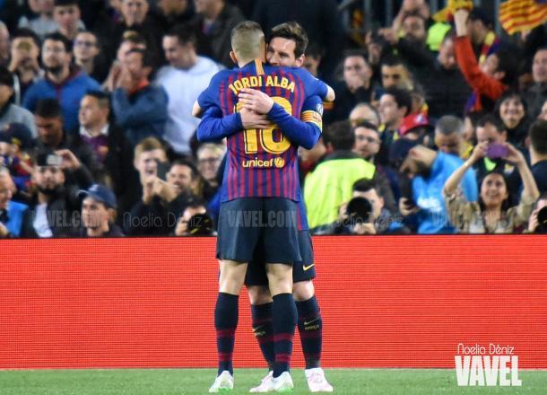 Jordi Alba y Leo Messi se abrazan en una imagen de archivo / Foto: Noelia Déniz (VAVEL.com)