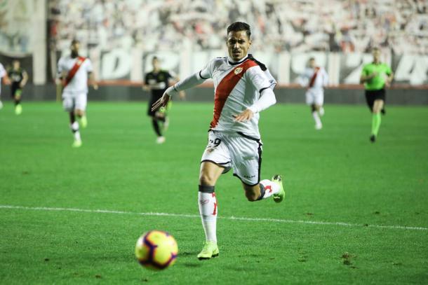 Sergio Moreno tratando de llegar a un balón | Fotografía: Ricardo Grande (VAVEL)