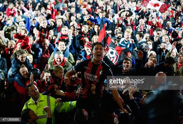 Los aficionados del Bournemouth celebrando el ascenso en Dean Court. Foto: Getty Images