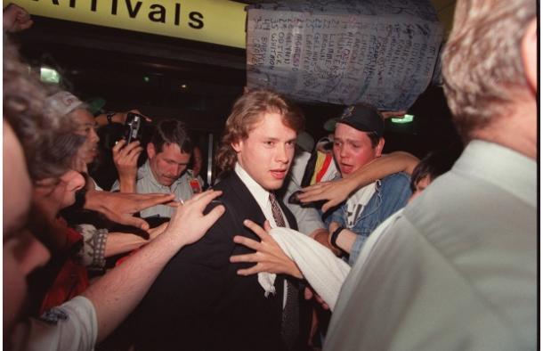 Bure en el aeropuerto el 3 de junio de 1994, durante los Stanley Cup Playoffs.   Foto: Jeff Vinnick.