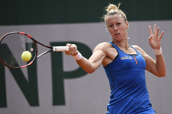 Parmentier comes through her match despite the rain breaks | Photo: Miguel Medina/Getty Images