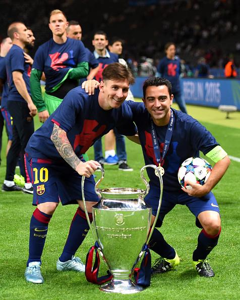 Messi e Xavi posam para foto com a taça da Champions League, em junho de 2015 (Foto: Shaun Botterill/Getty Images)