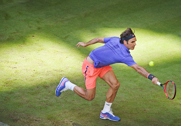 Roger Federer hits a backhand at the 2015 Gerry Weber Open in Halle/Getty Images
