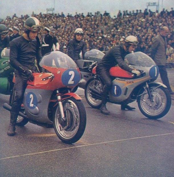 La rivalidad entre Agostini (2) y Hailwood (1) fue la gran atracción en aquellos años. Foto: Pinterest