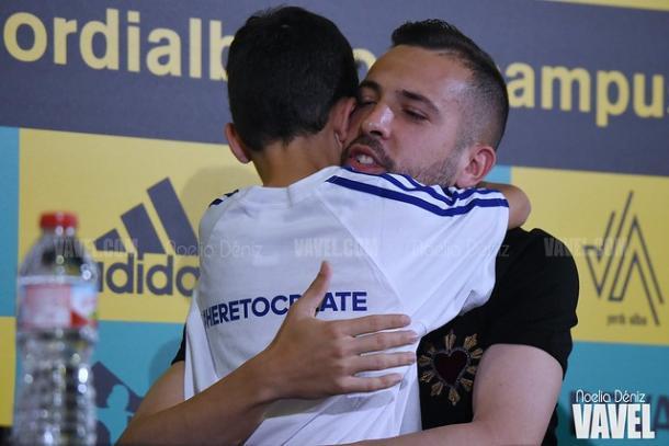 Jordi Alba abrazando a Luis Mataix. FOTO: Noelia Déniz