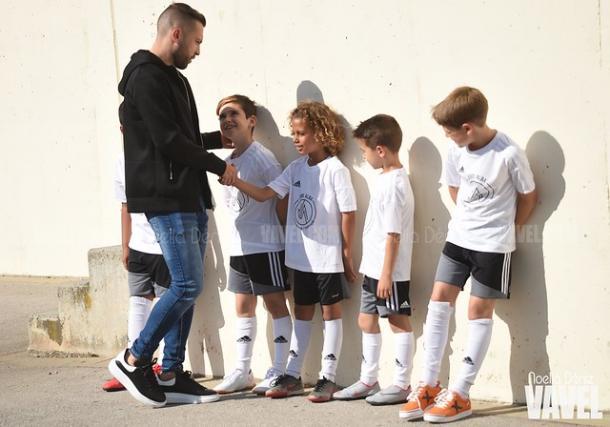 Jordi Alba saludando a los niños a su llegada. FOTO: Noelia Déniz