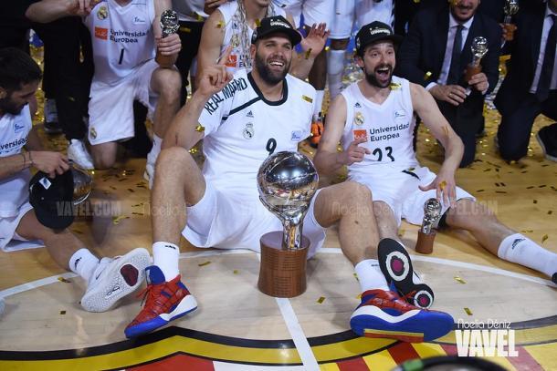 Felipe Reyes y Sergio Llull celebran el título de Liga conseguido por el Real Madrid en el 4º partido de los play-offs ante el FC Barcelona | Foto: Noelia Déniz, VAVEL España