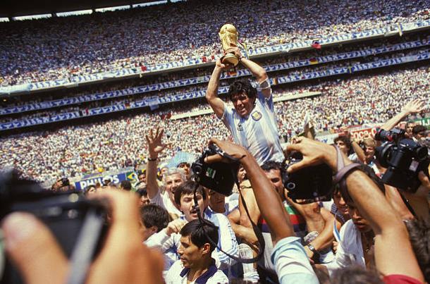 Maradona foi o destaque da Argentina na conquista da Copa de 1986, no mesmo palco que Pelé conquistou o tri (Foto: Getty Images)