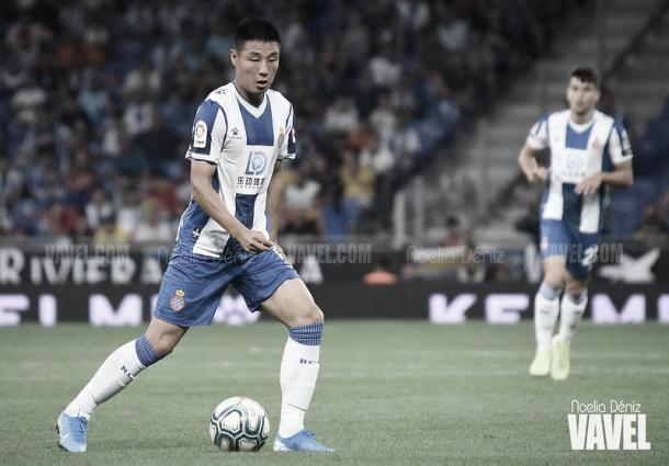 Wu Lei, fichaje del Espanyol, durante un partido en el RCDE Stadium. Foto: Noelia Déniz, VAVEL