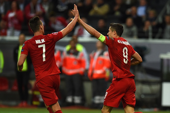 Arkafdiusz Milik and Robert Lewandowski | Photo: Patrik Stollarz/AFP/Getty Images