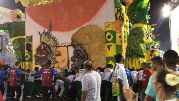 Componentes fazem força para colocar o carro na Avenida  (Foto: Luis Araújo/VAVEL Brasil)