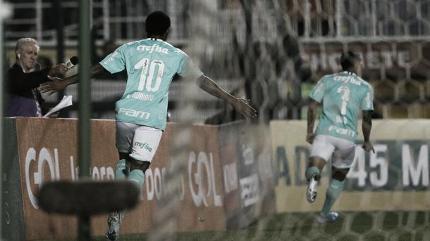 Luiz Adriano comemorando um de seus gols na goleada (Foto: Divulgação/SE Palmeiras)