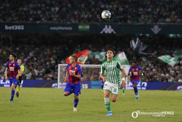 Álex Moreno peleando por el control del balón | Fotografía: Manuel Jesús Pérez (Onda Bética)