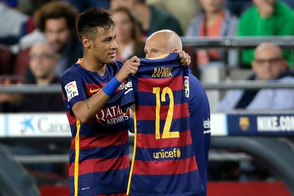 Neymar homenageando Rafinha, por conta de sua lesão, em gol marcado contra o Levante (Foto: Getty Images)