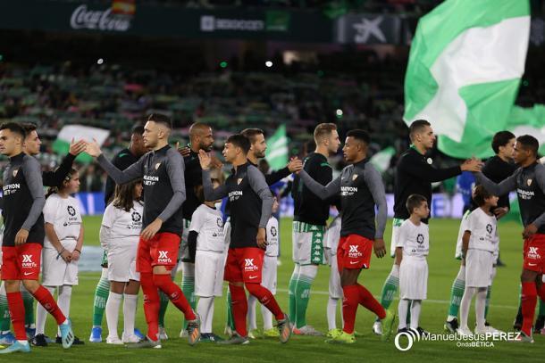 Jugadores de Sevilla y Betis saludándose antes del partido de la primera vuelta | Fotografía: Manuel Jesús Pérez (Onda Bética)