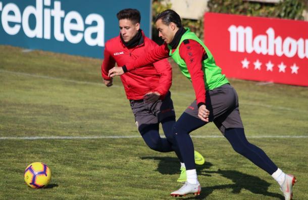 Raúl de Tomás y Álex Moreno disputando un balón | Fotografía: Gema Paz (VAVEL)