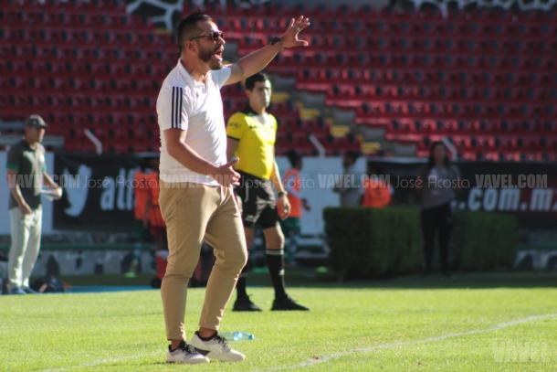 Fernando Samayoa es el entrenador más joven de la Liga MX Femenil con 31 años. / Foto: José Acosta-VAVEL