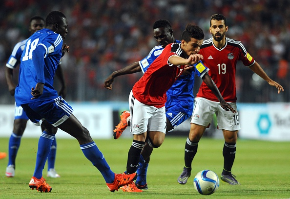 Fathi sneaks past two opposing defenders | Photo: GettyImages