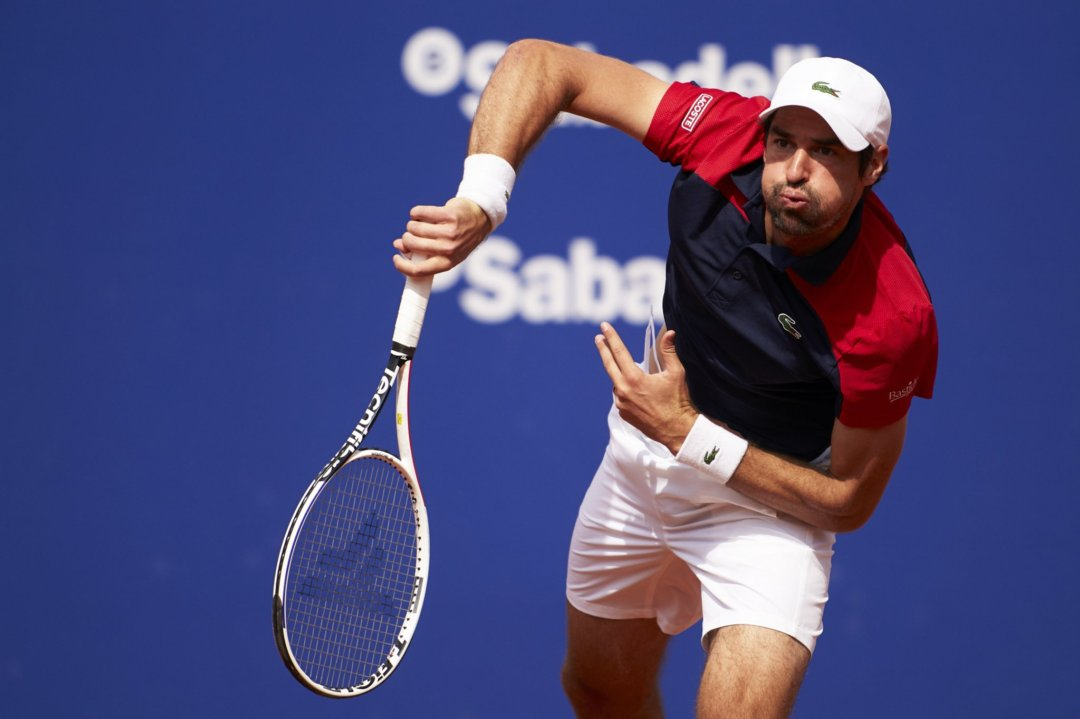 Chardy serves against Basilashvili in Barcelona/Photo: Barcelona Open Banc Sabadell