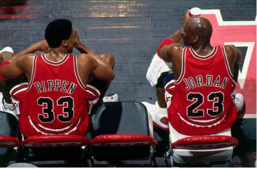 Scottie Pippen sentado junto a Michael Jordan | Foto: Getty Images