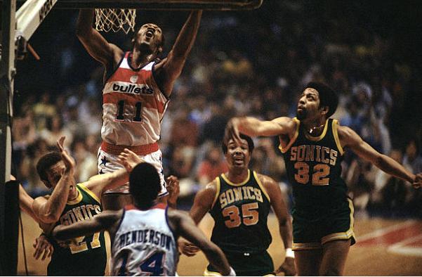 Elvin Hayes trata de anotar ante los Seattle Supersonics en la final de la NBA | Foto: Getty Images