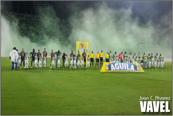 La niebla era el preludio de un partido complicado para ambos equipos.
