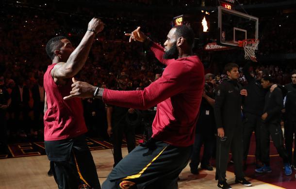 LeBron James y JR Smith antes del cuarto partido. Foto vía: NBA.com