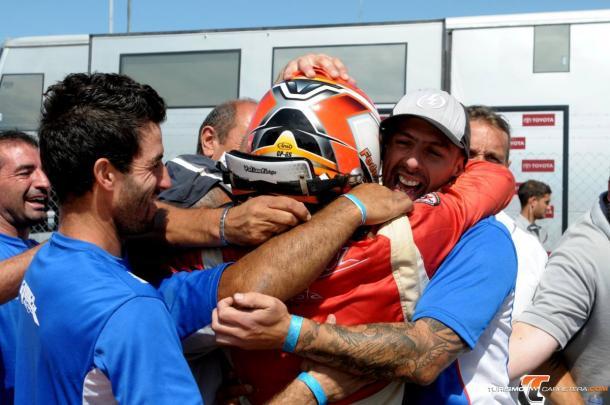 El piloto juninense festejando junto a su equipo la victoria en la final del TC Pista. Foto: Turismo Carretera.