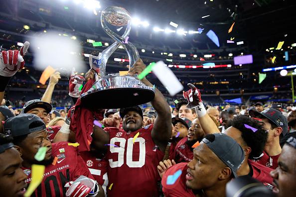 Reed levanta o troféu de campeão do Goodyear Cotton Bowl de 2015; Crimson Tide goleou os Spartans por 38 a 0 em um dos bowls universitários (Foto: Getty Images)