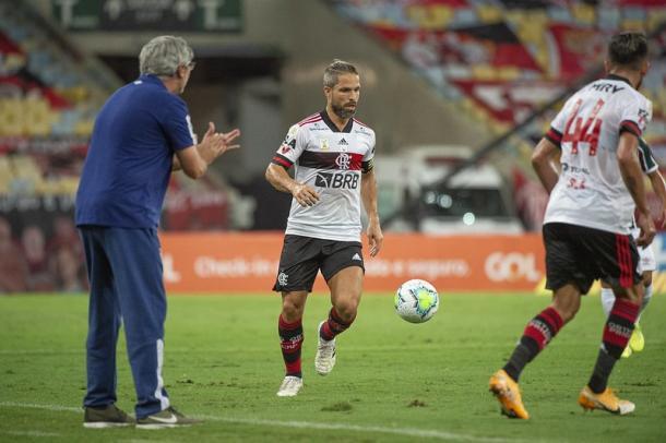 Diego Ribas à frente de Odair Hellmann (Foto: Alexandre Vidal / Flamengo)