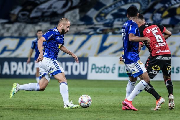 Régis com a bola no segundo tempo (Foto: Gustavo Aleixo/Cruzeiro)