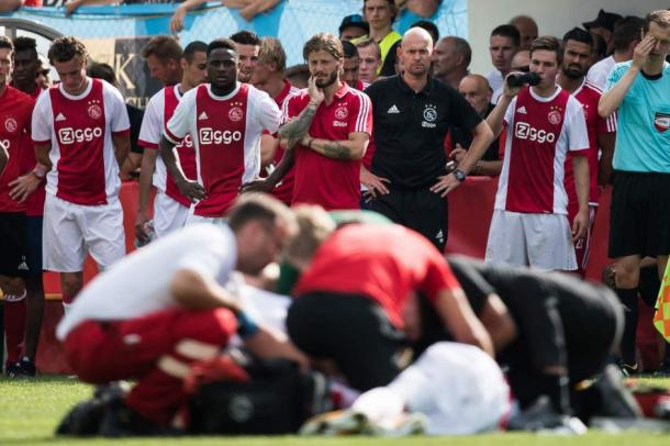 Caras de preocupación en el banquillo del Ajax mientras atendían a Nouri / Fuente: 20Minutos.com