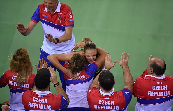 The Czech team celebrating their win after Karolina Pliskova defeated Simona Halep in the fourth rubber during the tie against Romania. Photo credit : Daniel Mihailescu / Getty Images.